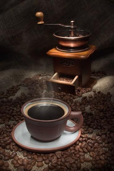 Zaparzona kawa w filiżance z młynkiem do kawy